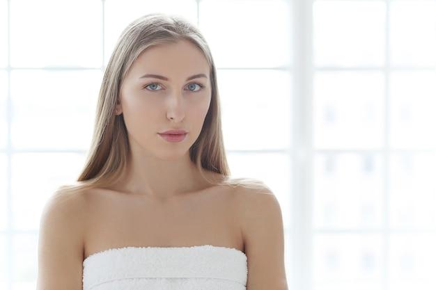 Блондинка молодая женщина позирует