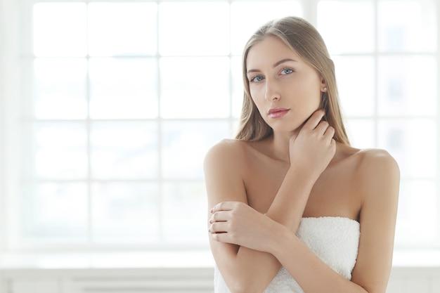 金髪の若い女性がポーズ