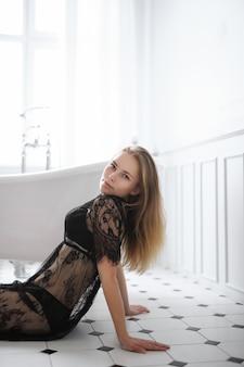 Giovane donna bionda in lingerie sexy in bagno