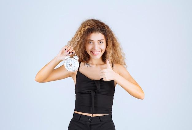 블론디 소녀 보유 및 알람 시계 홍보.