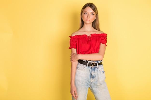 Красивый молодой кавказский портрет девушки blondie красоты на желтой стене