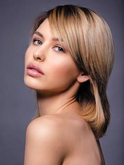 짧은 머리, 프린지를 가진 여자. 섹시한 금발의 여자. 파란 눈을 가진 매력적인 금발 모델. 스모키 메이크업 패션 모델. 예쁜 여자의 근접 촬영 초상화입니다. 창의적인 짧은 헤어 스타일.
