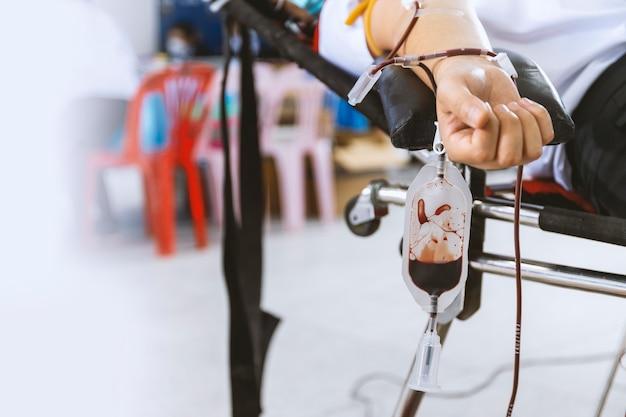 Изображение донорства крови с мягким фокусом и засветкой на заднем плане