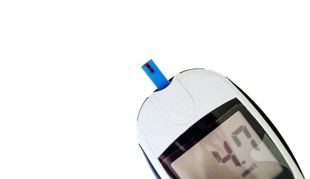 Глюкометр с тест-полоской показывает значение нормального уровня сахара в крови, изолированные на белом фоне