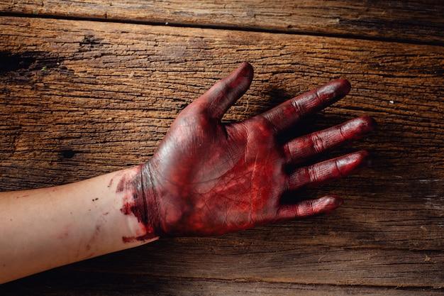 木製の手に血