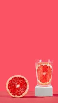 Композиция из половинок красного апельсина и сока