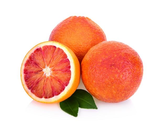 白い背景に分離されたブラッドオレンジ