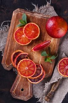 木の板にブラッドオレンジをくさび形にカット。