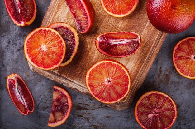 木の板にブラッドオレンジ
