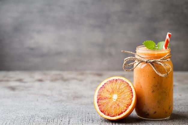 Смузи из красного апельсина с листьями мяты