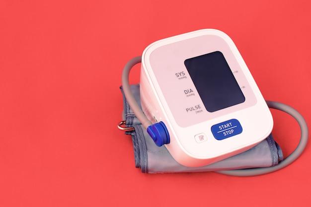 Монитор артериального давления на красном