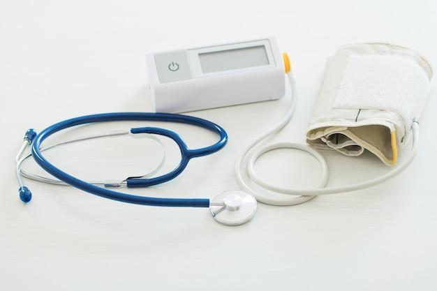 白い木製のテーブルの血圧計