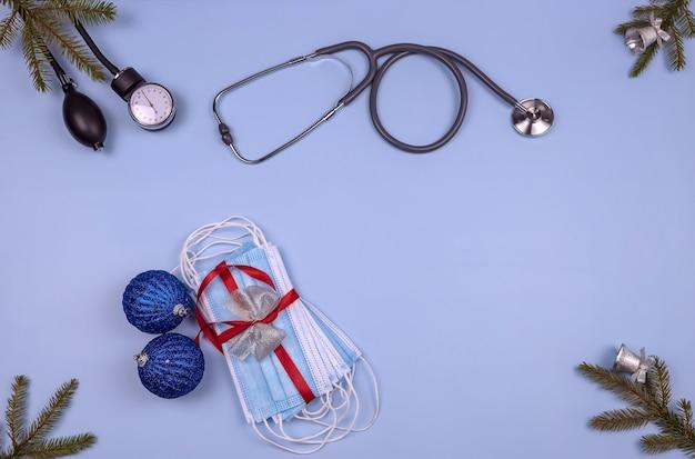 血圧モニター聴診器医療用保護マスククリスマスボールとモミの枝