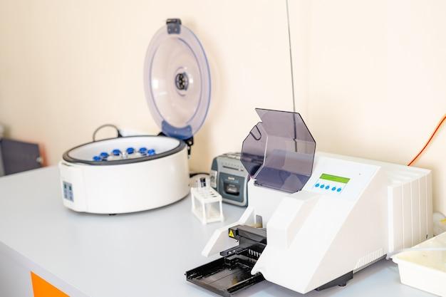 Образцы крови для исследования в микропробирках. тестирование в лаборатории. центрифуга для анализа крови. химические исследования. профилактика.