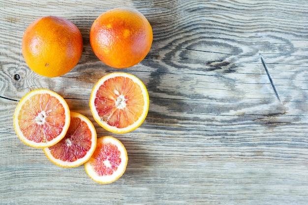 木製のまな板に血のシチリアオレンジ