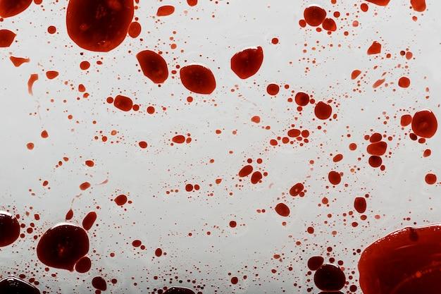白い表面に血が飛び散る
