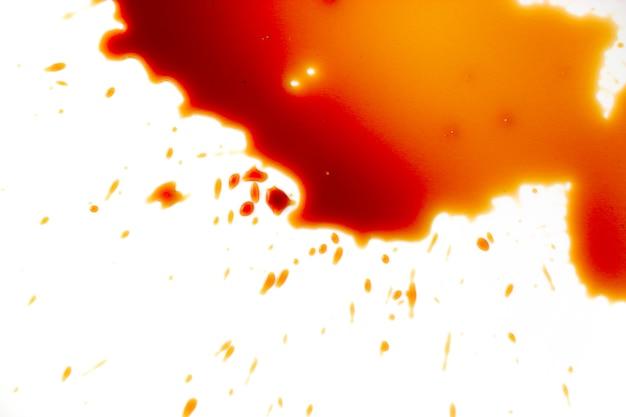 白い背景の上の血の染み