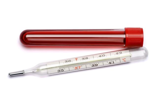 혈액 검사 튜브 및 온도계 흰색 배경에 고립.