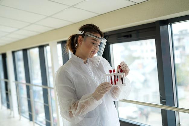 코로나 바이러스 질환에 대한 혈액 검사. 간호사가 코로나 19 동안 일한다