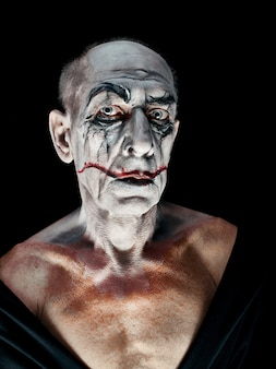 Кровавая тема хэллоуина: сумасшедшее лицо маньяка
