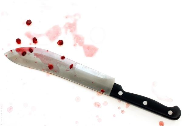 白い背景に分離された血まみれのナイフ、コンセプト シリアル キラー