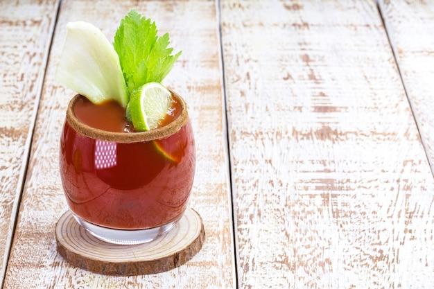 Кровавая мэри, красный напиток на основе водки, томатного сока, лимонного сока, сельдерея, гороха, вустерширского соуса, табаско и перца.