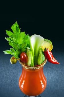 Кровавая мэри, летний напиток, с соусом, водкой и овощами. типичный напиток из франции