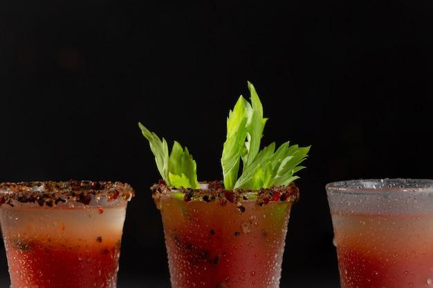 Алкогольный коктейль кровавая мэри с водкой и томатным соком. концепция коктейлей