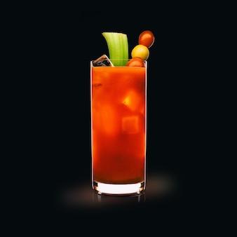 Кровавая мэри - популярный напиток на черной поверхности