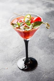 Bloody mary алкогольный коктейль со спелыми помидорами и мятой.