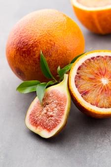 血まみれのシチリアオレンジとイチジク。浅い被写界深度。