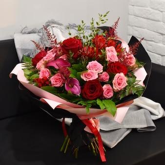 Цветущий букет цветов в стильной упаковке.