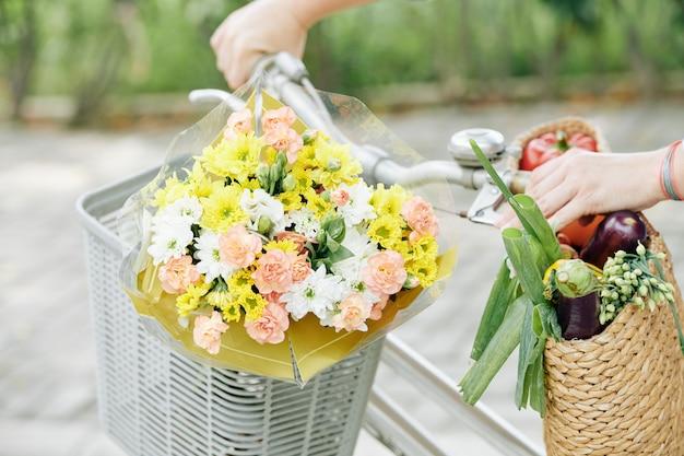 自転車のバスケットに咲く花