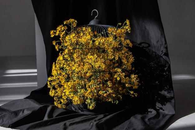 검은 배경에 새장에 피는 꽃