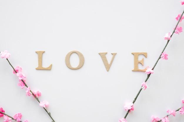 Rametti fioriti vicino alla scrittura d'amore