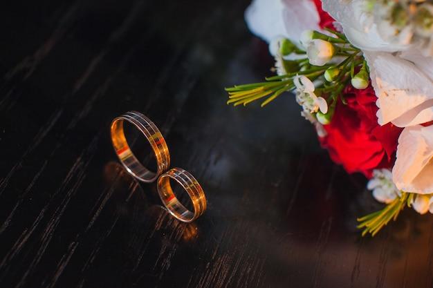 꽃과 결혼 반지