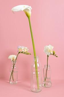 테이블에 꽃병에 꽃 꽃