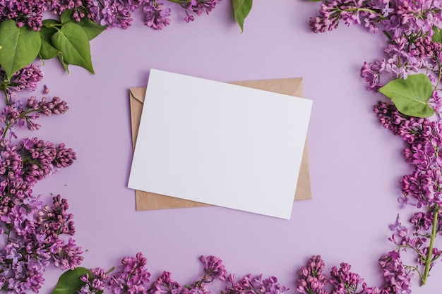 ライラックの花と白紙のカードのモックアップで花syringavulgaris