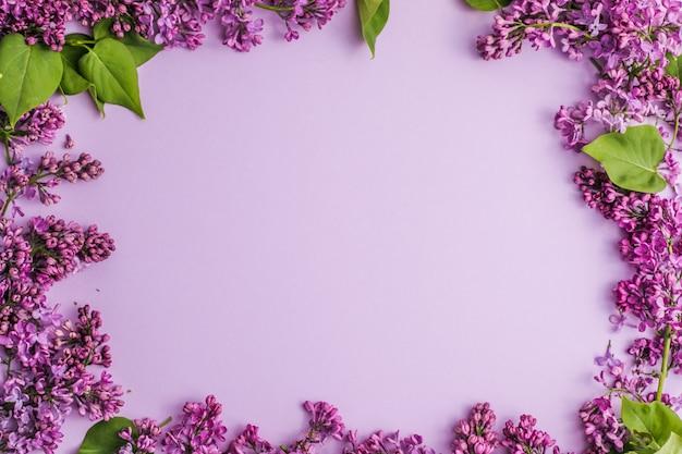 テキストメッセージのためのライラックの花のスペースで花syringavulgaris