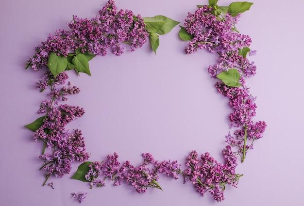 テキストメッセージのためのライラックの花のスペースで花syringavulgaris上面図