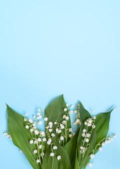 青い垂直の背景に谷の開花ユリ。コピースペース。