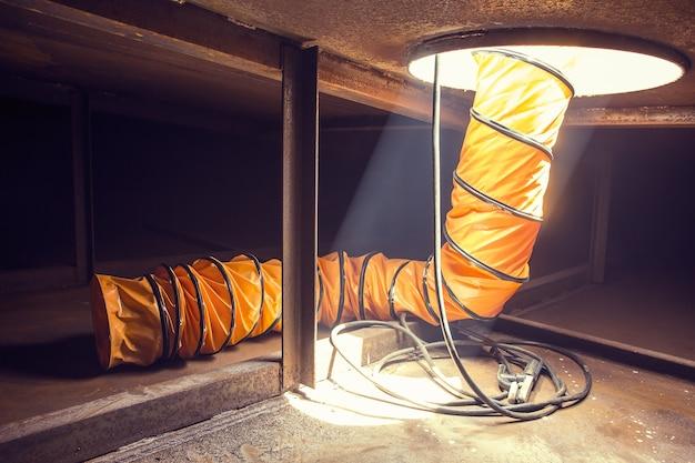 限られたスペース内の油浮き舟橋貯蔵タンクに新鮮な空気を吹き込みます