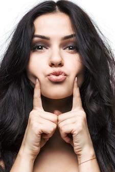 キスを吹く美しい若い女性