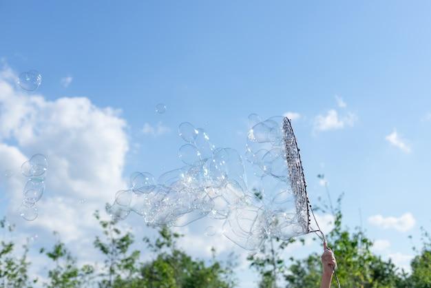 Выдувание больших мыльных пузырей в воздух