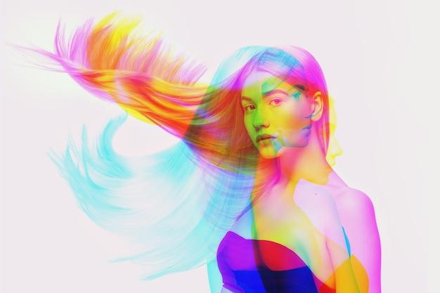 취주. 글리치 이중톤 효과가 있는 다중 초상화. 다중 노출, 추상 유행의 아름다움 사진. 젊은 아름 다운 여성 모델 포즈. 청소년 문화, 합성 이미지, 패셔너블한 사람들.