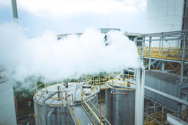 작동 중 원유 공장, 정유 공장, 석유 및 가스 공장에서 증기 연기 파이프 라인을 불어