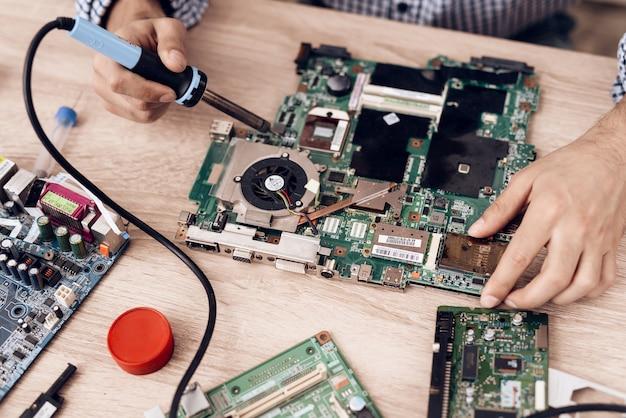 テーブルのblowtorchレビューテクニックを持つマスター。