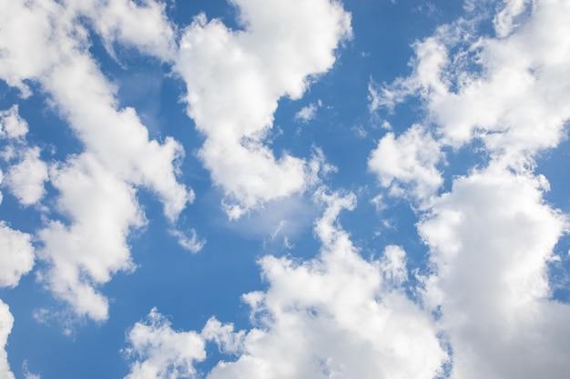 美しい積雲のある青空