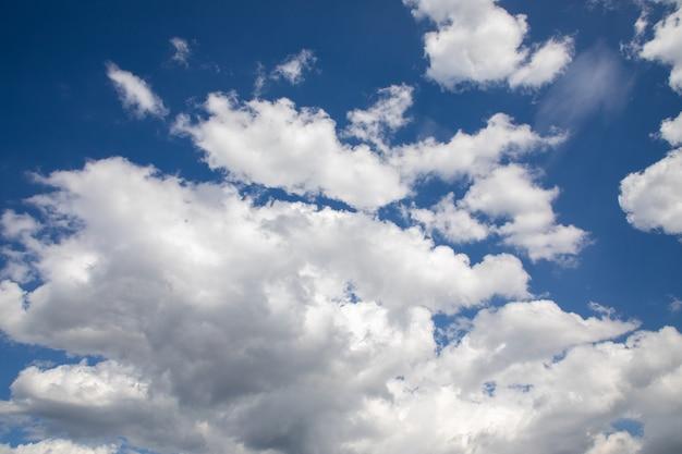 Голубое небо с красивыми кучевыми облаками.