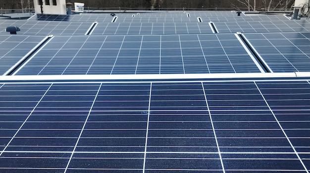Синие абстрактные солнечные панели на крыше дома